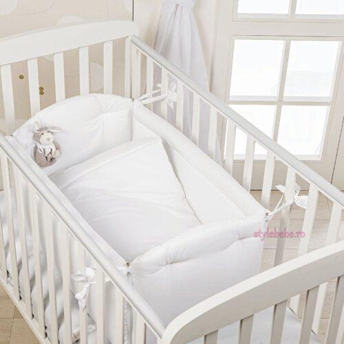 Patut bebe mic alb cu jucarie si plapumioasa